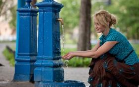 Обои вода, девушка, кран, колонка