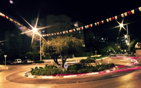 Картинка дорога, деревья, ночь, город, знаки, фонари