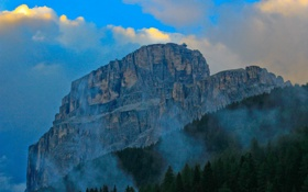 Картинка небо, облака, деревья, туман, скала, гора