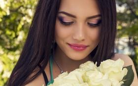 Обои девушка, цветы, улыбка, букет, макияж