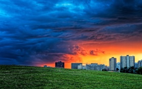 Картинка поле, небо, пейзаж, тучи, дома, вечер, зарево