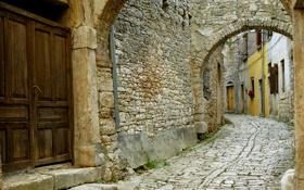 Обои дом, стена, камень, дверь, арка, ставни, мостовая
