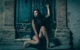 Картинка девушка, стена, дверь