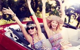Обои машина, девушки, модели, улыбки, насыщенность, жизнерадостность