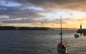 Картинка море, рассвет, маяк, лодки, залив