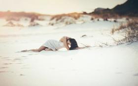 Картинка песок, пляж, лежит, брюнетка, поза