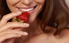Картинка улыбка, клубника, ягода, шатенка