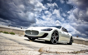 Картинка белый, трава, асфальт, трещины, Maserati, здание, ограждение