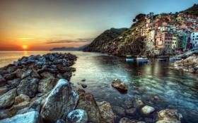 Обои море, пейзаж, закат, побережье, здания, лодки, Italy