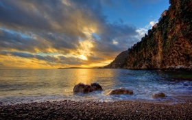 Обои море, небо, закат, галька, скалы, берег