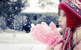 Обои зима, снег, Девочка, варежки, дует