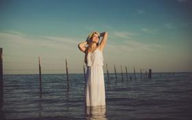 Картинка море, небо, девушка, облака, волосы, забор, платье