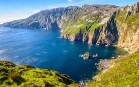 Картинка море, небо, трава, горы, скалы, бухта
