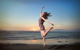Картинка море, девушка, улыбка, прыжок, азиатка