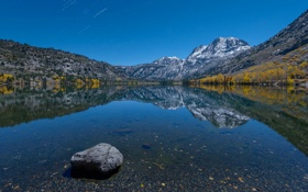 Картинка небо, звезды, горы, озеро, камни