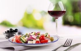Обои вино, бокал, вилка, оливки, салфетка, салат