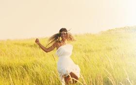 Обои поле, девушка, радость, позитив, шатенка, кудри