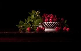 Картинка малина, стол, листва, ветка, тарелка, тёмный фон