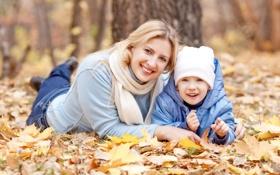 Обои осень, листья, парк, женщина, блондинка, ребёнок, улыбки