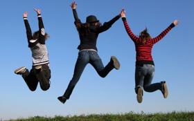 Обои прыжок, трое, настроение, радость