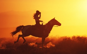 Картинка девушка, лошадь, вечер, шляпа, галоп, Ковбои