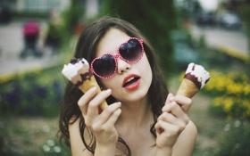 Обои девушка, брюнетка, очки, мороженое