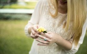 Обои цветок, девушка, улыбка, камень, кольцо, блондинка