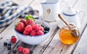 Обои ягоды, малина, клубника, натюрморт, мёд, голубика