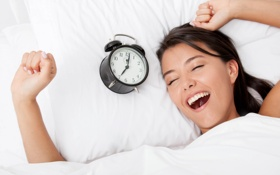 Обои девушка, настроение, подъем, утро, будильник, постель