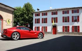 Обои красный, здание, суперкар, вид сбоку, ferrari f12 berlinetta