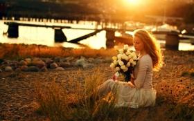 Картинка девушка, река, букет