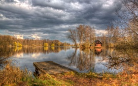 Обои облака, осень, небо, домик, озеро, деревья, мостик
