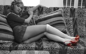 Картинка диван, подушки, сидит, красные туфли