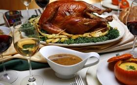 Обои вино, птица, бокалы, соус, застолье, блюдо, корочка