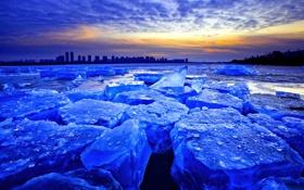 Обои лед, зима, небо, облака, закат, город, озеро