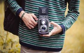 Обои полоски, камера, руки, фотоаппарат