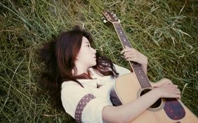 Обои трава, девушка, лежит, гитарa