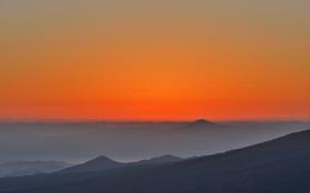 Картинка небо, закат, горы, туман, вершина, зарево