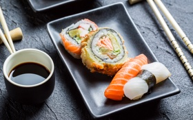 Обои рыбка, палочки, суши, роллы, начинка, японская кухня, соевый соус