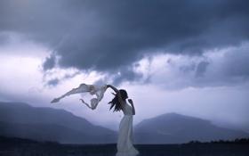 Обои гроза, небо, горы, тучи, туман, поляна, Девушка