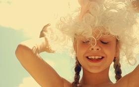Картинка небо, радость, улыбка, девочка, косички, парик