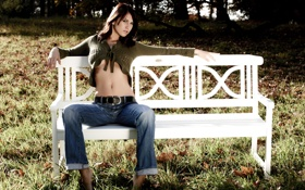 Обои девушка, скамейка, джинсы