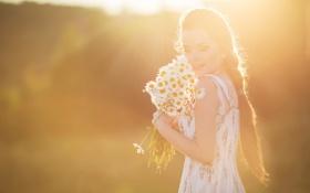 Обои лето, девушка, ромашки, букет, sunlight