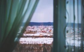 Картинка зима, улица, дома, окно, шторы, шторки