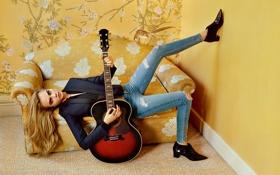 Картинка девушка, диван, модель, гитара, интерьер, джинсы, Cara Delevingne