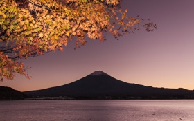 Картинка осень, небо, листья, мост, озеро, гора, ветка