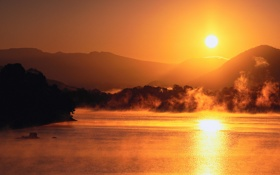 Обои закат, туманка, горизонт, освещение, горы, красиво, вода