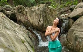 Картинка девушка, поза, река, камни, Ilse Acosta