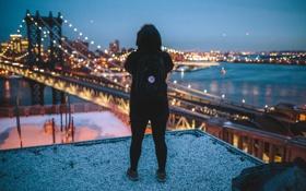 Обои девушка, ночь, огни, Нью-Йорк, капот, Манхэттен, рюкзак