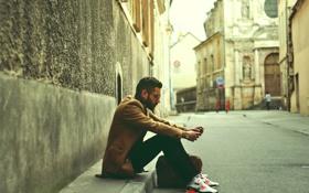 Обои улица, борода, парень, сидит, кроссовки